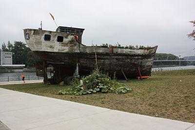 Le bateau vivre sera resté tous l'été sur les berges de la Meuse, ce bateau est complètement végétalisé! Certaines ruissellent sur ses côtés. Tous les végétaux placés sur le bateau et autour (dans des bacs) sont comestibles. Belle initiative.